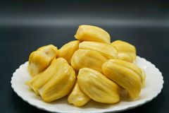 Fatias frescas do jackfruit em uma placa branca jackfruit amarelo doce maduro Vegetariano, vegetariano, alimento cru Fruto tropic Imagem de Stock Royalty Free