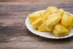 Fatias frescas do jackfruit em uma placa branca jackfruit amarelo doce maduro Vegetariano, vegetariano, alimento cru Fruto tropic Fotos de Stock Royalty Free