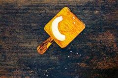 Fatias frescas do melão do cantalupo em um fundo escuro Foto de Stock