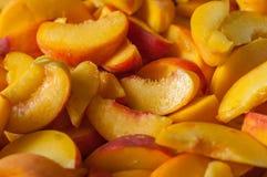 Fatias maduras orgânicas frescas do pêssego de Peaches Heap Of fotografia de stock