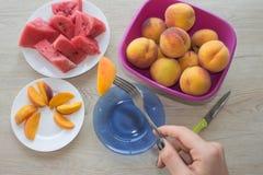 Fatias melancia saboroso e pêssegos em uma placa branca Triângulo s Imagem de Stock