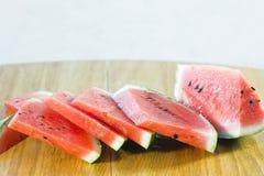 Fatias pequenas de melancia na mesa de cozinha fotografia de stock