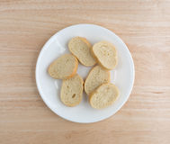 Fatias pequenas de pão francês em uma placa branca Fotografia de Stock Royalty Free