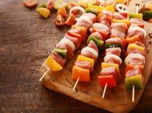 Fatias roladas de queijo decoradas com salsa Imagem de Stock