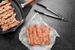 Fatias saborosos do bacon na tabela Imagem de Stock Royalty Free