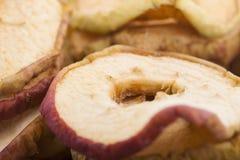 Fatias secadas da maçã perto acima imagens de stock