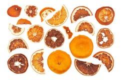 Fatias secadas das laranjas isoladas no fundo branco fotos de stock