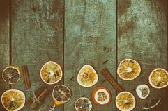 Fatias secadas de laranjas e de limão em uma superfície de madeira Fotografia de Stock