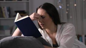 Fatiga visual sufridora de la mujer que lee un libro metrajes