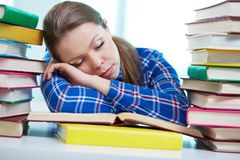Fatigué pour étudier Photos stock