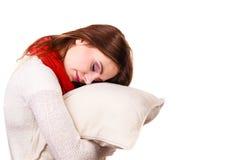 Fatigué somnolent de femme avec la chute d'oreiller presque endormie photo stock