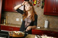 Fatigue o cozinheiro que prepara a refeição Imagens de Stock Royalty Free
