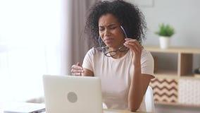 Fatigue oculaire africaine surchargée fatiguée de sensation après travail d'ordinateur banque de vidéos