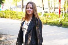 fatigue Une jeune jolie fille avec les cheveux brun clair dépeint différentes émotions La fille est habillée dans une veste en cu photographie stock libre de droits