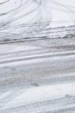 Fatiguez les pistes dans la neige image libre de droits