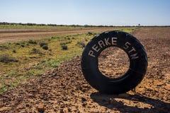 Fatiguez sur un chemin de terre de la voie d'Oodnadatta dans l'intérieur de l'Australie Image stock