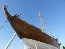 Fatih Al-Khair en gammal dhow i Sur, Oman royaltyfria foton