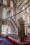 Fatih Mosque, minbar interno di Costantinopoli immagini stock libere da diritti