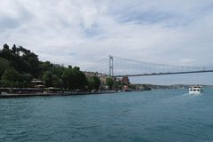 Fatih Sultan Mehmet Bridge - Festung an zweiter Stelle Bosphorusbridge und Rumeli in Istanbul, die Türkei lizenzfreie stockbilder