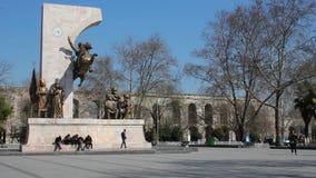 Fatih Sultan Mehmet Monument och Bozdogan Valens akvedukt bakom arkivfilmer