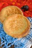 Fatir, flatbread dell'Uzbeco sulla sciarpa araba blu e sul panno rosso con ele fotografia stock libera da diritti