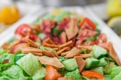 Fatoosh sallad av torkade bröd och grönsaker arkivfoton