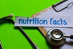 Fatos da nutrição no conceito dos cuidados médicos com fundo verde fotografia de stock