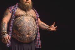 Fatso masculino con el abdomen tatuado grande Fotos de archivo