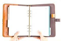 Fattande för dagbokbruntläder vid handen Royaltyfria Foton