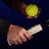 Fattande och boll för tennisracket Royaltyfria Bilder