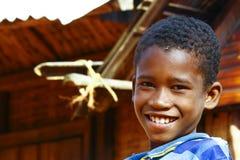 Fattig afrikansk pojke, armod Arkivfoton