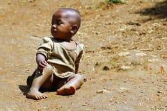 Fattig afrikansk unge på jordning, Madagascar Arkivfoton