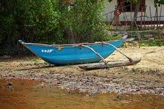 Fattig fiskares utriggarekanot Royaltyfria Bilder