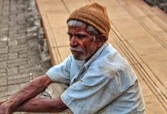 Fattig gamal man på gatorna Royaltyfri Bild