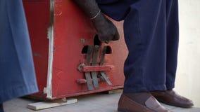 Fattig gatamusiker som spelar marimbulaen stock video