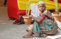 Fattig indisk hög kvinna Arkivfoto