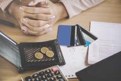 Fattig kvinna som har problem med kalendern för förfallet datum för kreditkortbetalning royaltyfria bilder
