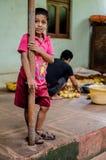 Fattig liten unge en bondeson royaltyfri foto