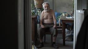 Fattig man i hans hus stock video