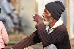 Fattig man i vinter, Bangladesh royaltyfria bilder