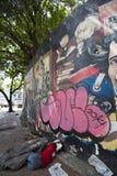 Fattig man som sover på golvet med Simon Bolivar grafitti, Cara Royaltyfria Foton