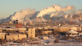 Fattig miljö i staden Miljö- katastrof Skadliga utsläpp in i miljön Rök och smog förorening stock video