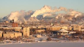 Fattig miljö i staden Miljö- katastrof Skadliga utsläpp in i miljön Rök och smog förorening arkivfilmer
