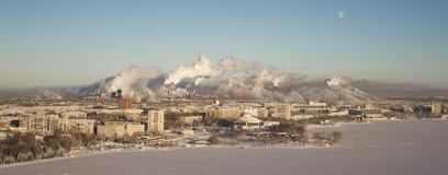 Fattig miljö i staden Miljö- katastrof Skadliga utsläpp in i miljön Rök och smog royaltyfria foton