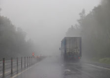 Fattig synlighet på huvudvägen Lastbil i dimman Royaltyfri Fotografi