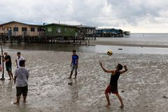 Fattig ung man Povert för asiatisk för pojkeportionvolleyboll för hav stad för sida fotografering för bildbyråer