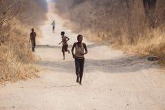 Fattiga afrikanska barn irrar i Botswana Fotografering för Bildbyråer
