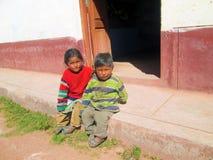 Fattiga barn som deltar i skolan Arkivfoton