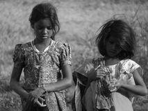 Fattiga indiska flickor som är borttappade i deras tankar på en varm sommarafterno Fotografering för Bildbyråer