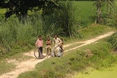 Fattiga indiska pojkar. Arkivbild